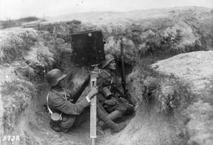 Kriegskinematograph im Schützengraben