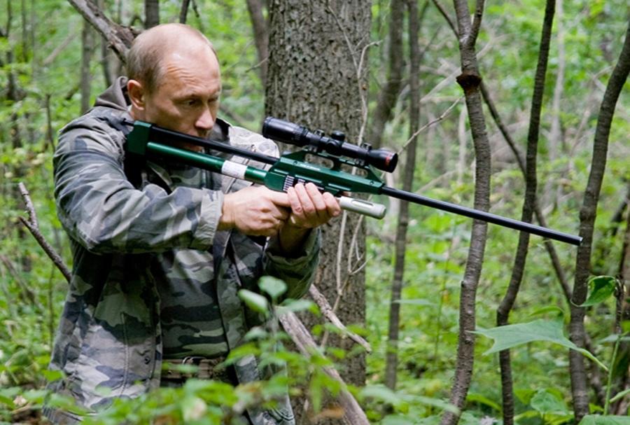 Foto: Vladimir Putin with tranquillizer gun (premier.gov.ru/CC BY 3.0)