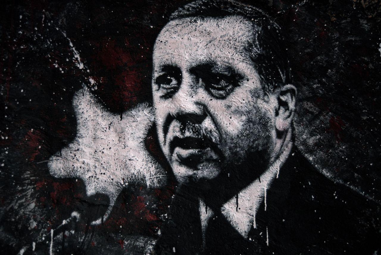 Bild: Recep Tayyip Erdoğan, painted portrait (thierry ehrmann, Lizenz: CC BY 2.0)