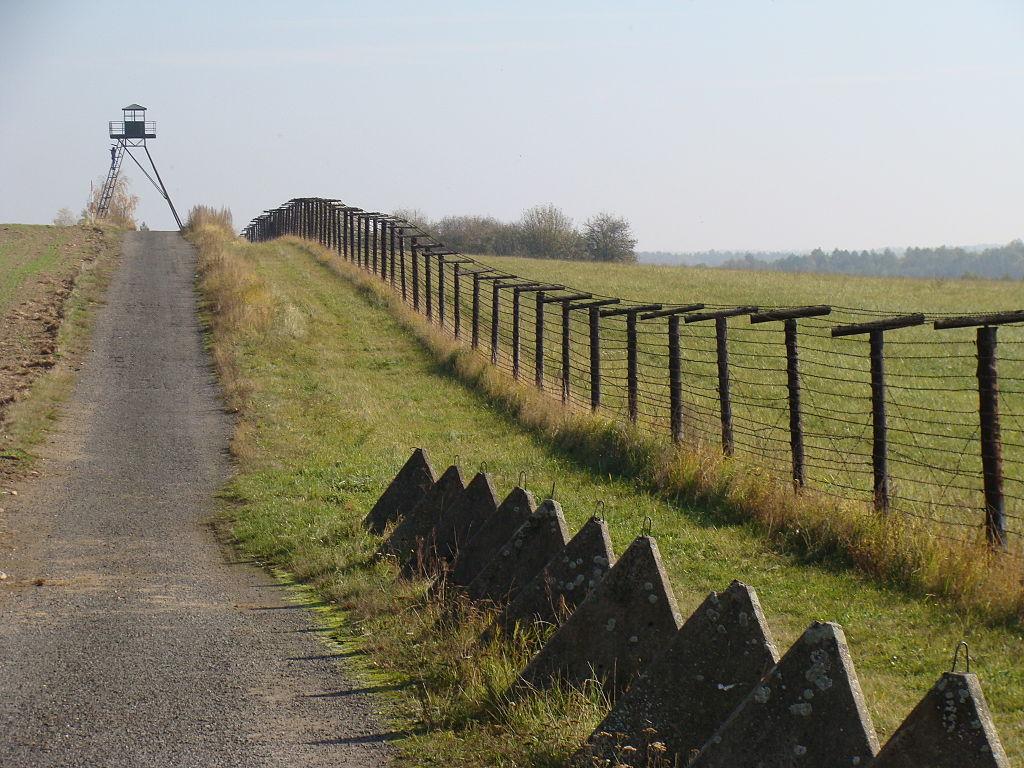 Foto: Reste des Grenzzauns bei Čížov, an der tschechisch-österreichischen Grenze (gemeinfrei)