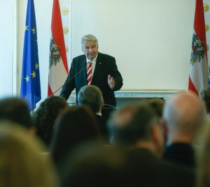 Am 10. Februar 2016 überreichte Kunst- und Kulturminister Josef Ostermayer das Goldenen Ehrenzeichen für Verdienste um die Republik Österreich an Gerhard Kastelic (im Bild).