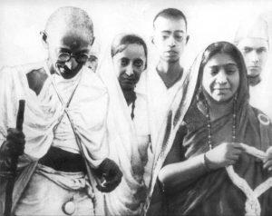 604px-Mahatma_&_Sarojini_Naidu_1930
