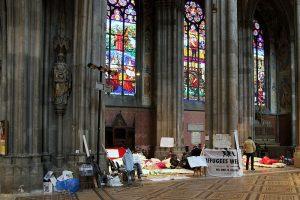 800px-Wien_-_Votivkirche;_Protestaktion_Flüchtlinge_und_Antifa-Aktivisten
