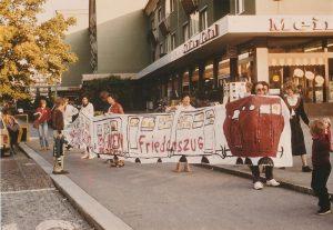 """In Innsbruck erfolgte die Mobilisierung für den Sonderzug nach Wien mittels symbolischem """"Friedenszug"""" durch die Innsbrucker Innenstadt."""