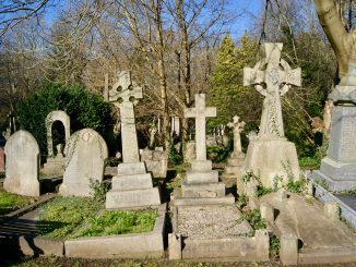 Verwilderte Grabsteine am Highgate Cemetery in London.