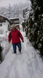 Simon Bacher im Winter auf dem Weg.