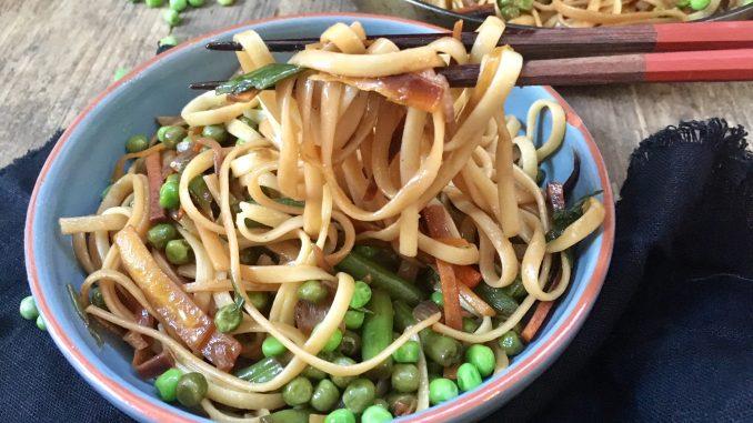 Eine Schüssel mit Ninas asiatischen Nudelgericht