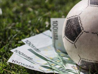 100-Euro-Scheine liegen unter einem Fußball.