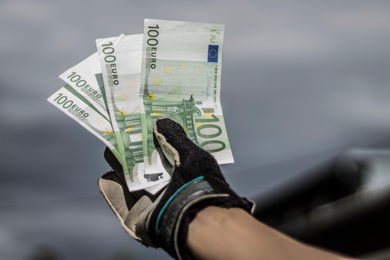 Geld im Torwarthandschuh