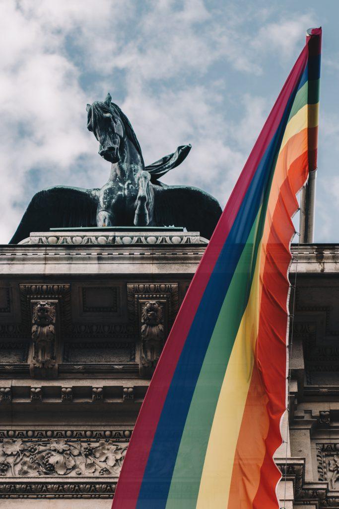 Pferdestatue mit Regenbogenflagge