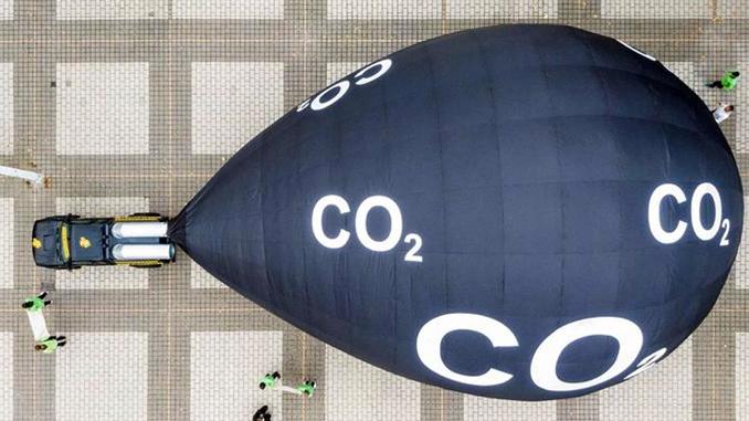 Greenpeace Protestaktion vor der IAA: SUV mit riesigem CO2 Rucksack