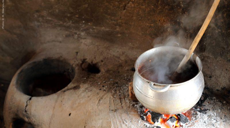 Kochen mit Lehmöfen, wo es keine Strom gibt, Foto © R. Manoutschehri