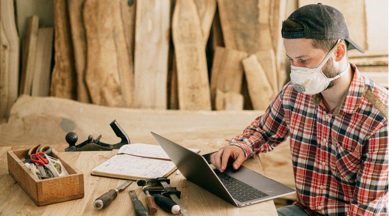 Mann am Laptop in Arbeitskleidung, Foto von Ivan Samkov von Pexels