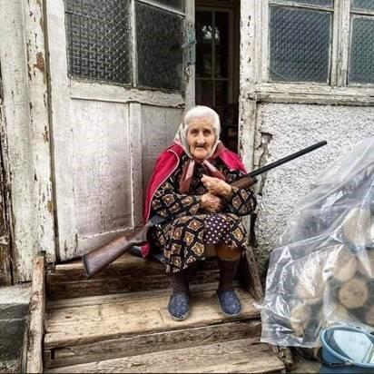 Alte Frau mit Gewehr