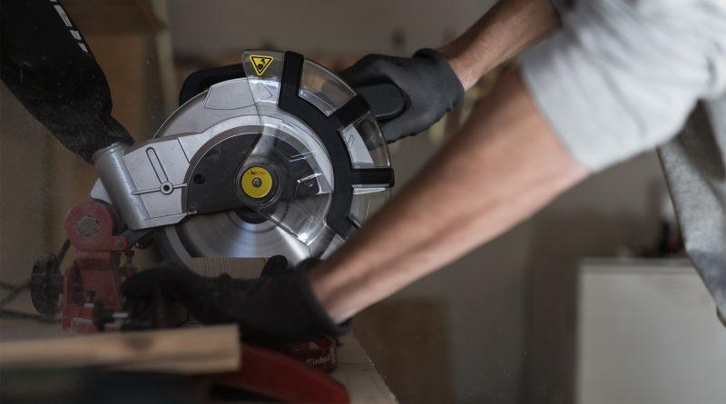 Arbeiter schneidet Holz mit einer Kreissäge