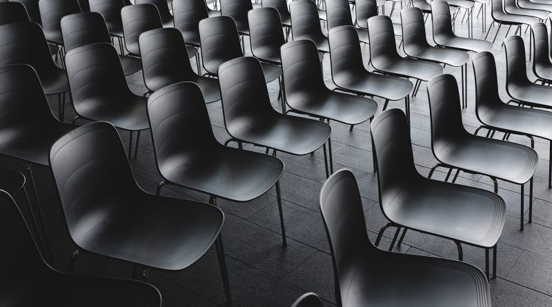 Leere Sessel in einem Konferenzraum