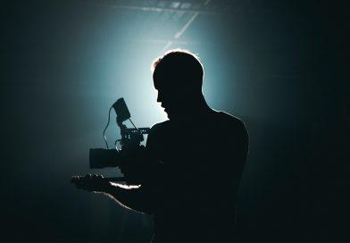Silhouette eines Mannes mit Film-Kamera