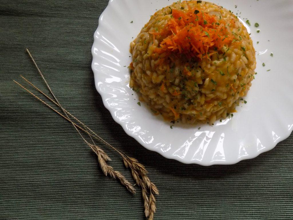 Karotten-Risotto, Teller auf Holztisch