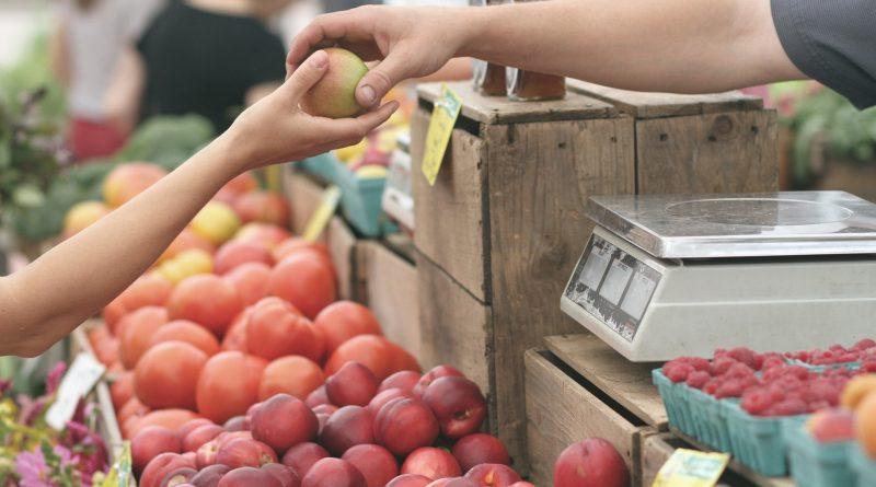 Apfelkauf am Bauernmarkt