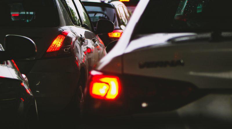 Detailaufnahme von Autos im Stau