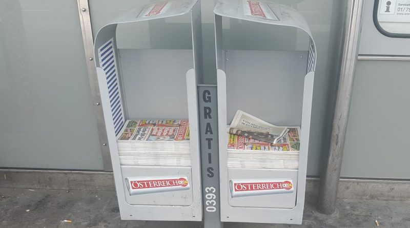 """Zeitungsständer mit dem Boulevardblatt """"Österreich"""""""