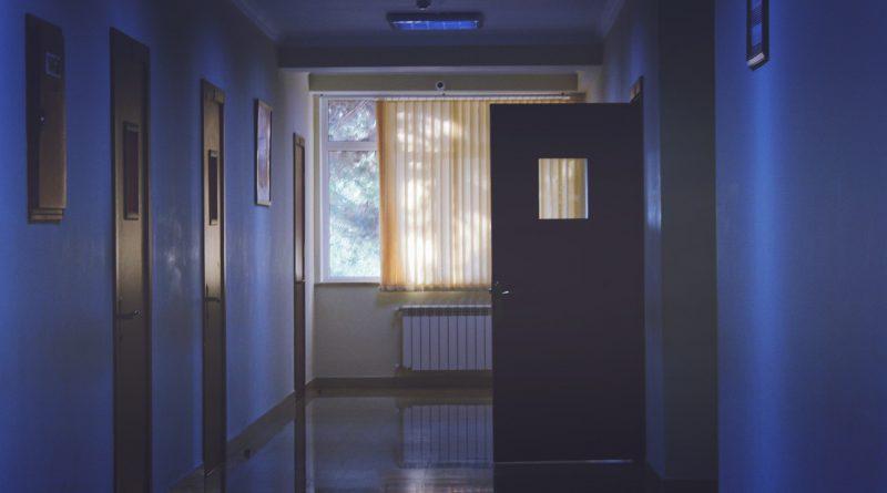 Düstere Gänge eines Krankenhauses