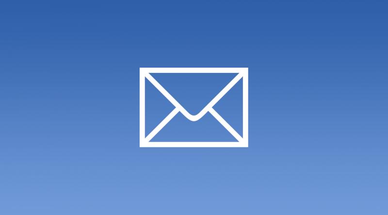 Weißes Briefumschlag-Symbol auf blauem Hintergrund