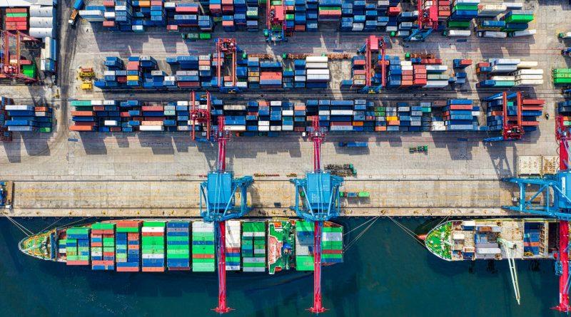 Hafen mit hunderten Containern
