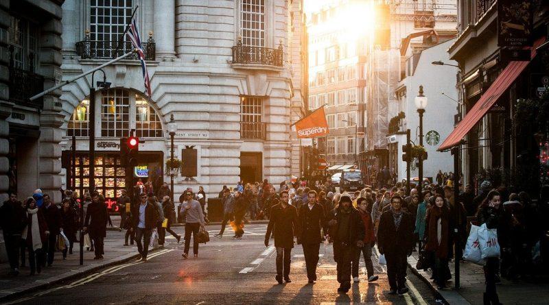 Einkaufsstraße zur goldenen Stunde