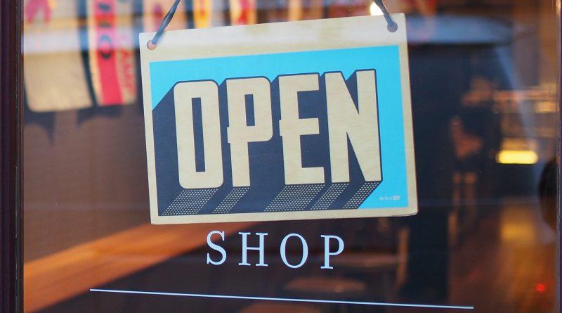 Schild an einer Tür: OPEN