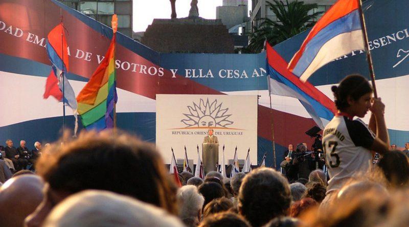 Tabaré Vázquez auf einer Bühne im Wahlkampf, davor Menschenmenge
