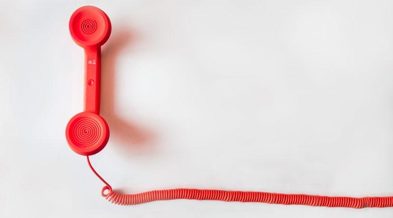 Ein roteer Telefon-Hörer mit Kabel