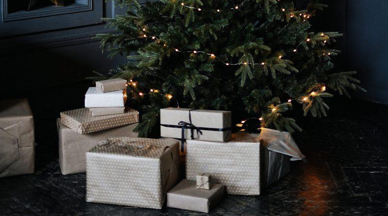 Schön verpackte Geschenke unterm Weihnachstbaum