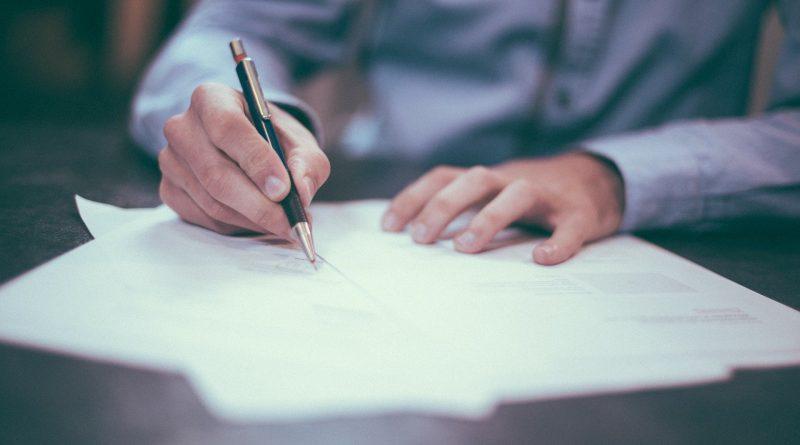 Mann mit Hemd schreibt einen Brief