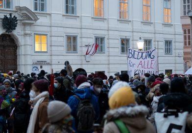 Menschenmenge vor dem Bildungsministerium
