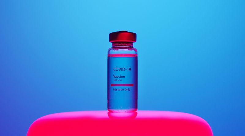 """Dose mit der Aufschrift """"Covid-19 Vaccine"""""""""""