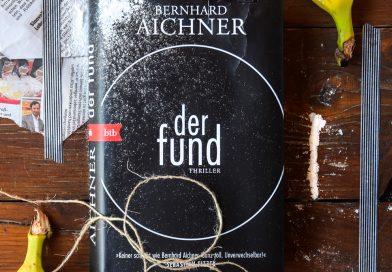 Das Buch Der Fund von Bernhard Aichner auf einem Holztisch