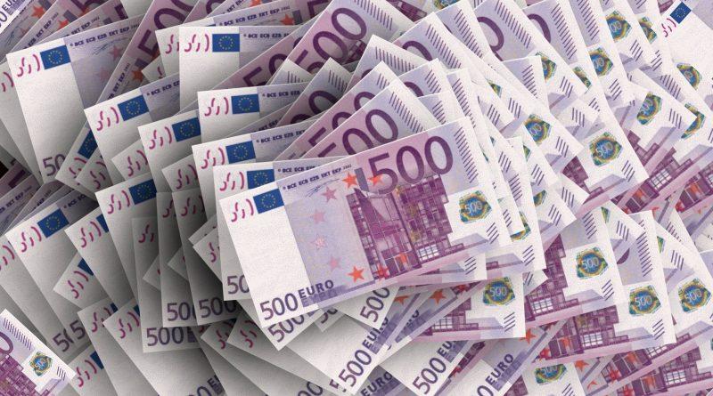 Vielen 500-Euro-Scheine auf einem Haufen