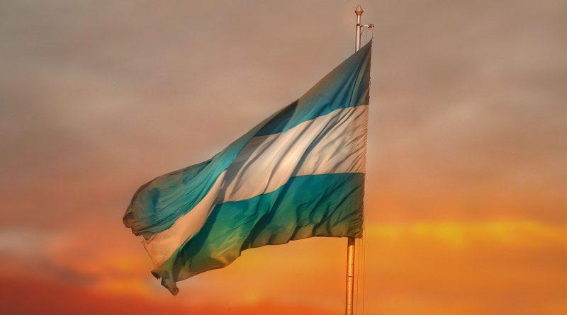 Argentinische Flagge im Sonnenuntergang