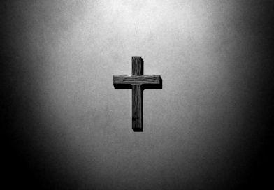 Ein Kreuz an der Wand, schwarz-weiß