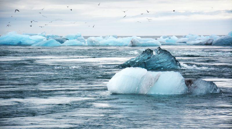 Ein Eisberg im Wasser
