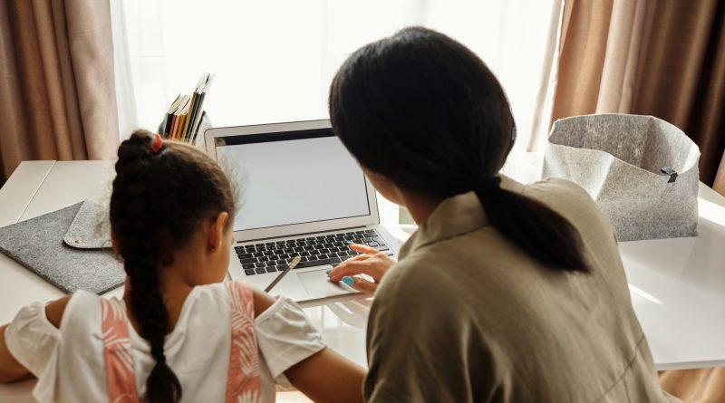 Mutter und Tochter vor dem Laptop