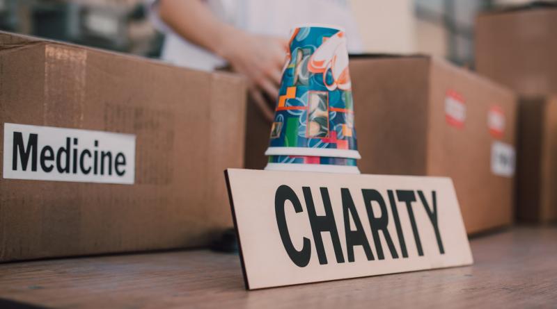 """Schild mit der Aufschrift """"Charity"""""""