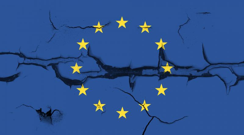 EU-Flagge mit Rissen