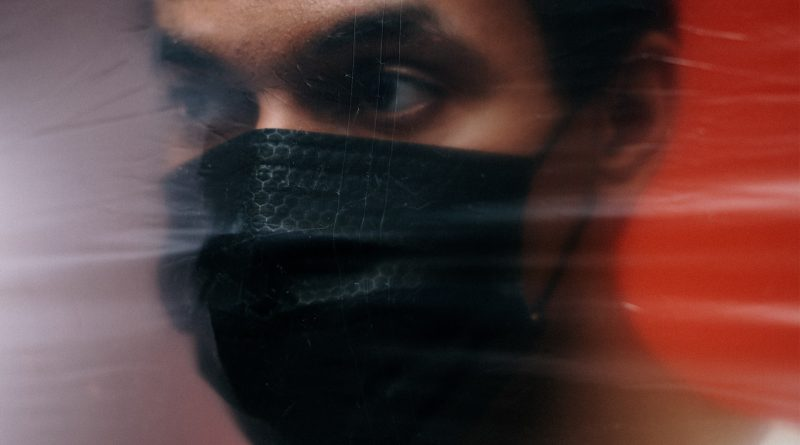 Mann mit schwarzer Maske
