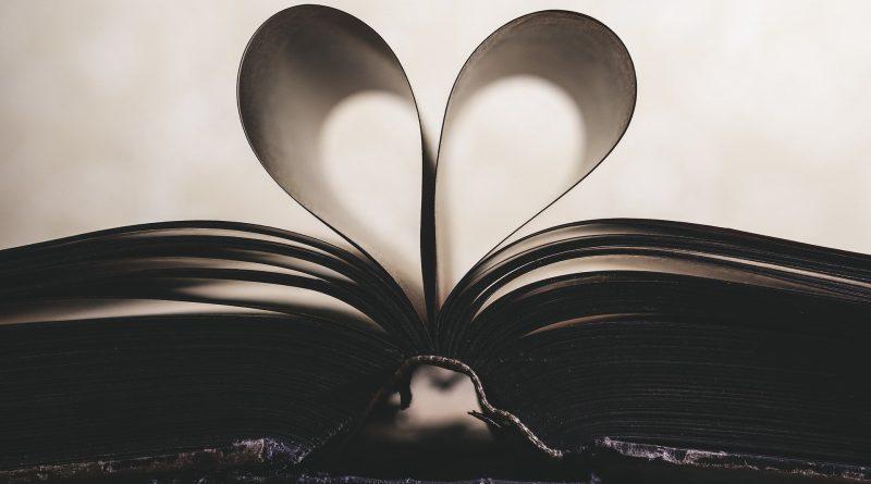 Die Seiten eines aufgeschlagenen Buches bilden ein Herz