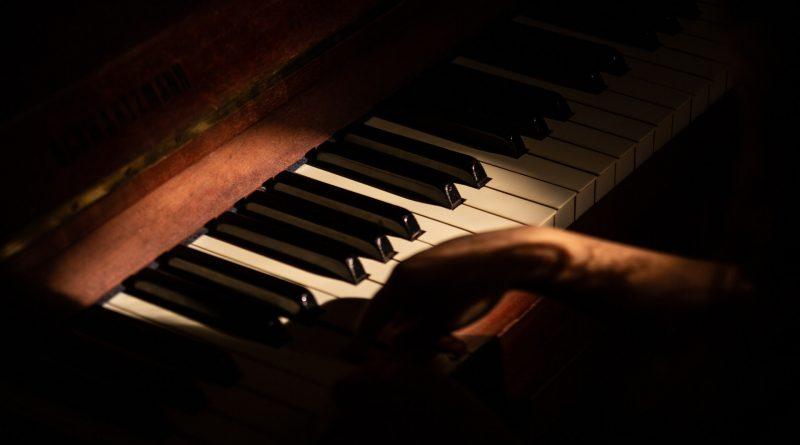 Nahaufnahme eines Klaviers in abendlicher Stimmung