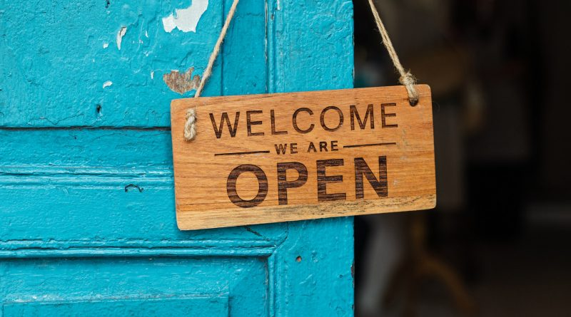 Schild an einer Tür: Welcome, we are open