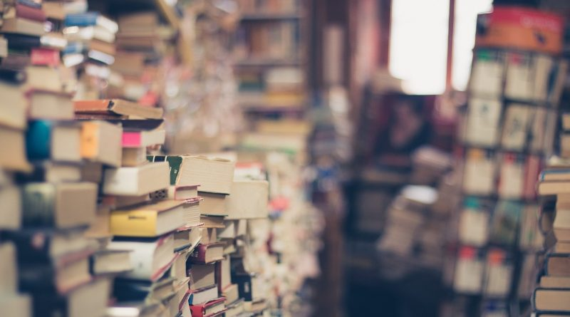 Viele viele Bücher auf Stapeln