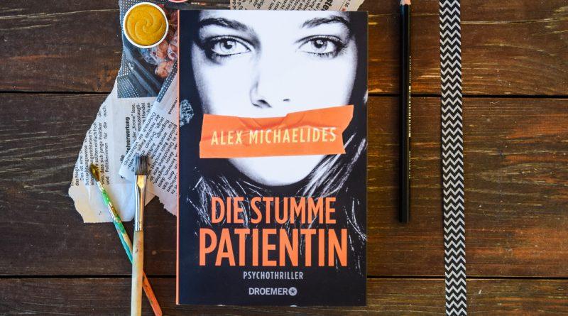 """Das Buch """"Die stumme Patientin"""" auf einem Holztisch liegend"""